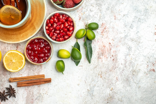 トップクローズアップビューベリーとお茶シナモンスティックとお茶のカップ柑橘系の果物ベリークッキー