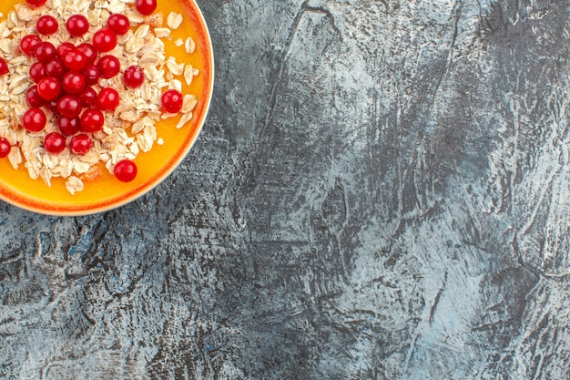 Vista ravvicinata dall'alto, frutti di bosco l'appetitoso ribes rosso sul lato sinistro del tavolo