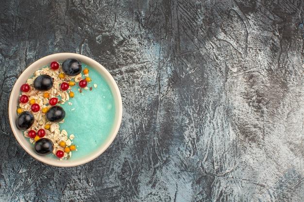 食欲をそそる赤スグリとブドウのトップクローズアップビューベリーブルーボウル