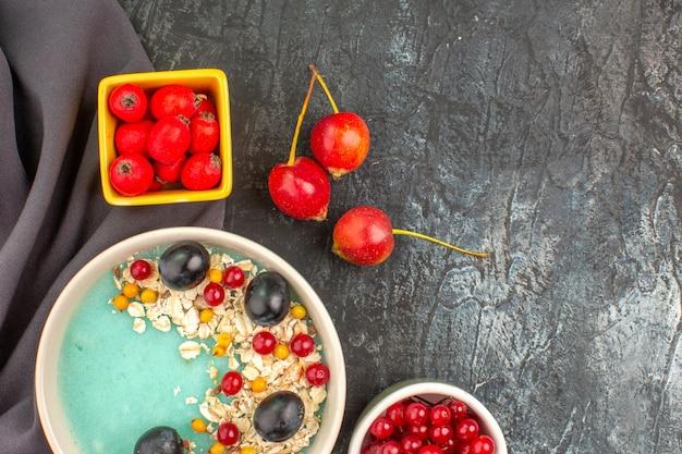 テーブルクロスの上のカラフルなベリーオートミールのトップクローズアップビューベリーボウル