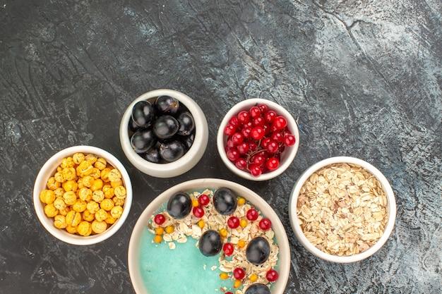 오트밀 노란색 사탕 포도와 붉은 건포도의 상위 클로즈업보기 딸기 그릇