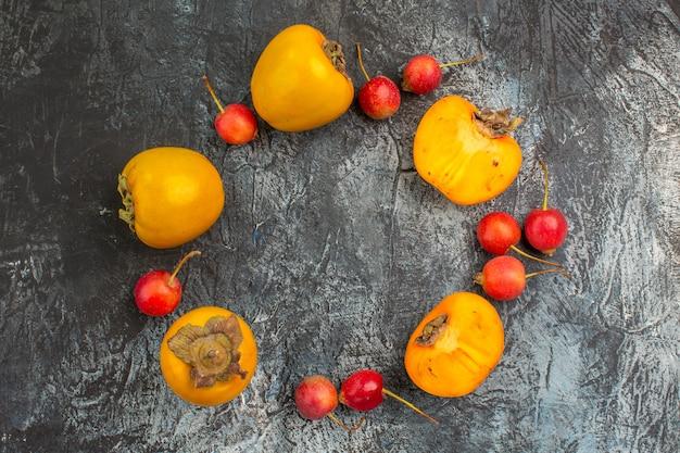 上部のクローズアップビューベリーチェリー食欲をそそる柿が円形に配置されています