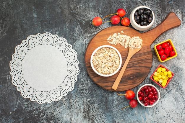 상위 클로즈업보기 딸기 레이스 냅킨 체리 오트밀 보드 딸기 노란색 사탕