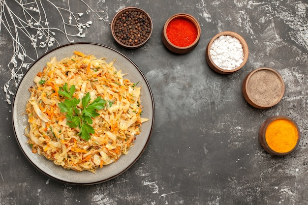 다채로운 향신료 가지의 접시 그릇에 상위 클로즈업보기 양배추 당근 양배추