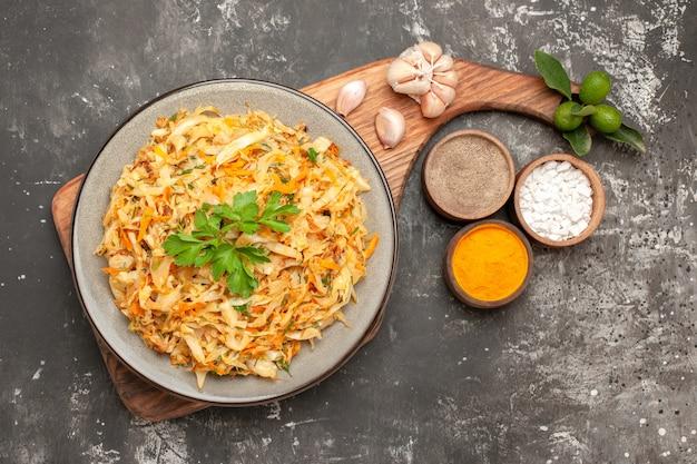 커팅 보드 향신료에 양배추 마늘의 상위 클로즈업보기 양배추 접시