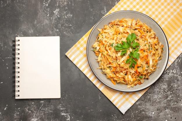 흰색 노란색 식탁보 흰색 노트북에 양배추의 상위 클로즈업보기 양배추 접시