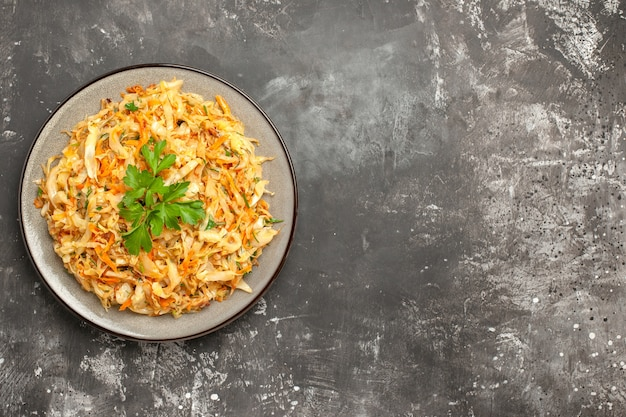 상위 클로즈업보기 양배추 흰색 접시에 당근 허브와 함께 식욕을 돋 우는 양배추