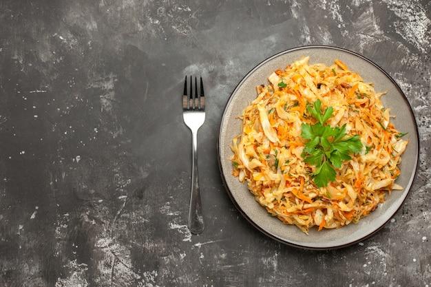 Top vista ravvicinata cavolo bianco piatto di cavolo carote erbe forcella
