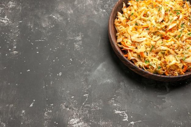 접시에 당근과 식욕을 돋우는 양배추와 당근이있는 상위 클로즈업보기 양배추