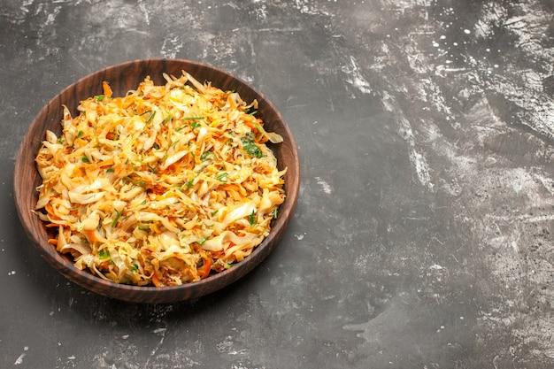Вид сверху крупным планом капуста с морковью аппетитная морковь и капуста на тарелке