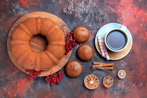 클로즈업 보기 케이크 보드 컵 케이크 레몬 계피에 붉은 건포도와 함께 차 케이크 한 잔