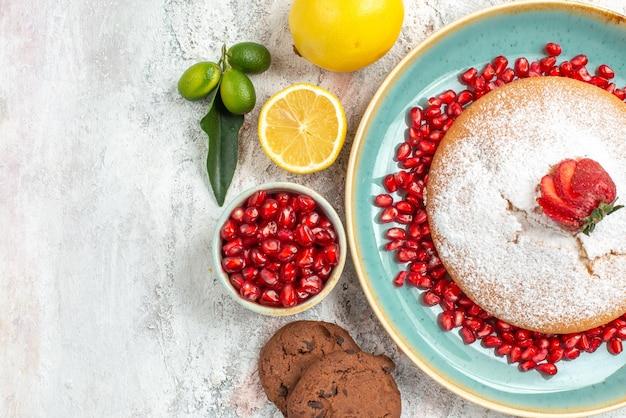 Vista ravvicinata dall'alto torta biscotti al cioccolato limoni semi di melograno e torta