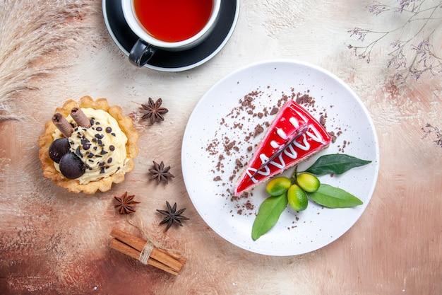 Top vista ravvicinata una torta una tazza di tè agrumi cupcakes cannella anice stellato una torta