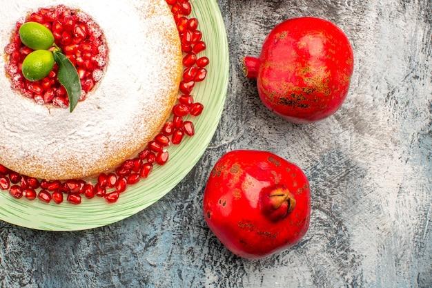 Torta vista ravvicinata dall'alto con melograni torta con semi di melograno e due melograni