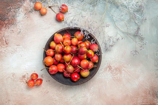 Вид сверху крупным планом вишня чаша аппетитных ветвей деревьев вишни