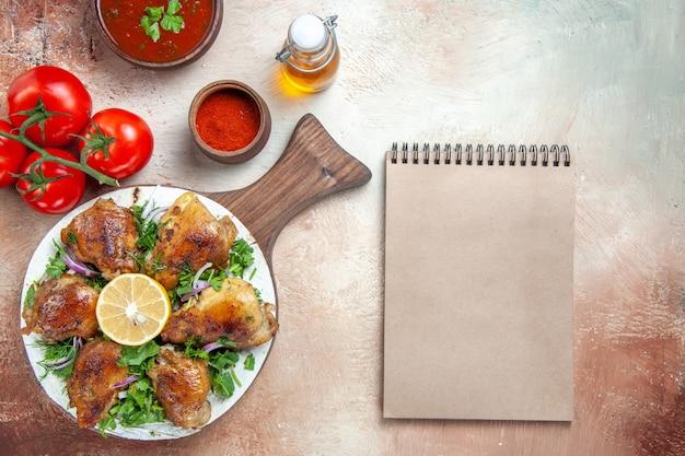 허브 토마토 소스 향신료 병 오일 크림 노트북의 상위 근접보기 치킨 치킨