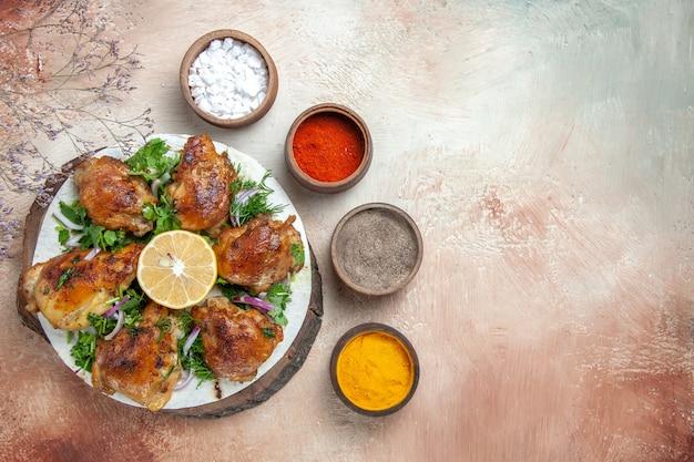 향신료의 커팅 보드 그릇에 레몬 허브와 함께 상위 클로즈업보기 치킨 치킨