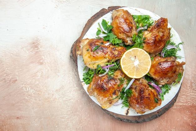 Вид сверху крупным планом курица, курица с лимонным луком и травами на лаваше