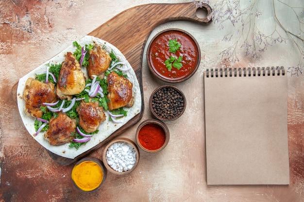 Lavash 소스 다채로운 향신료 크림 노트북에 양파 허브와 함께 상위 클로즈업보기 치킨 치킨