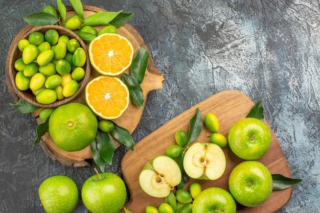 上部のクローズアップビュー柑橘系の果物ボード上に葉とリンゴと柑橘系の果物