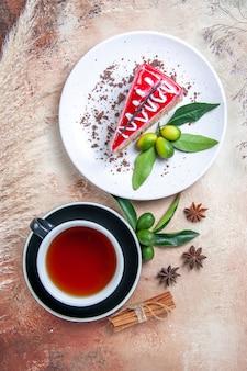 Top vista ravvicinata una tazza di tè cannella anice stellato nero tazza di tè piatto di torta