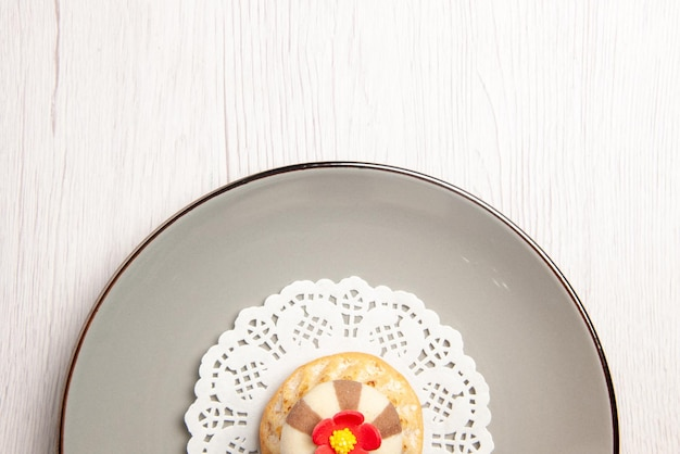 Top close-up view cupcake plate of appetizing cupcake on the white lace doily on the table