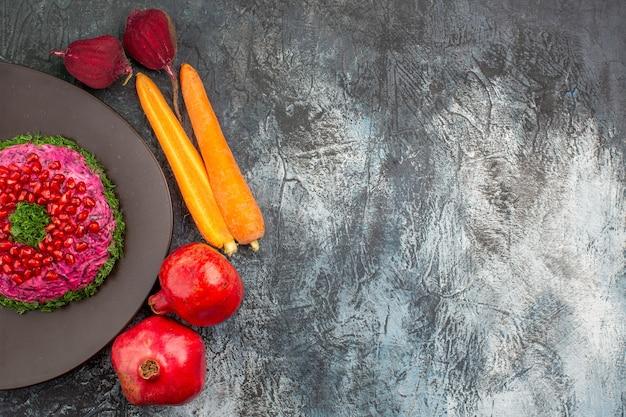 Top vista ravvicinata piatto un appetitoso piatto sulla piastra melograni verdure