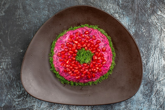 Top vista ravvicinata piatto un piatto appetitoso con semi di melograno alle erbe