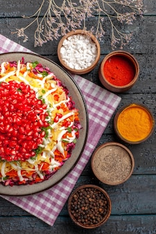 체크 무늬 식탁보와 다채로운 향신료 검은 후추에 접시에 식탁보 맛 있는 접시에 상위 클로즈업 보기 요리