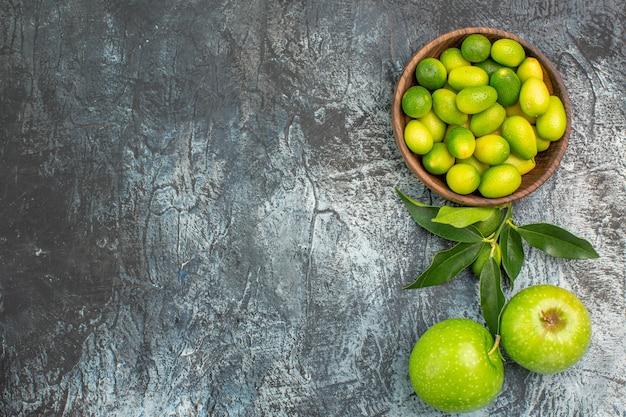 Vista ravvicinata dall'alto fruttifica le mele appetitose e gli agrumi nella ciotola