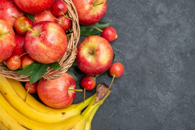 Вид сверху крупным планом фруктов корзина вишни яблоки бананы