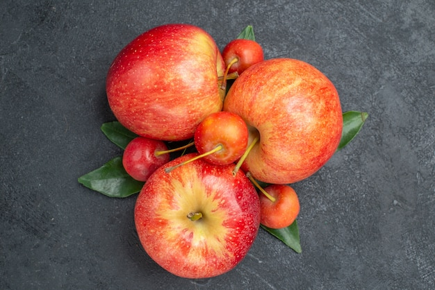 Вид сверху крупным планом фрукты, ягоды и яблоки с листьями