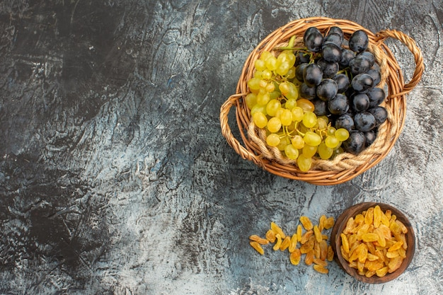 上部のクローズアップビューフルーツドライフルーツボウルに食欲をそそる緑と黒のブドウ
