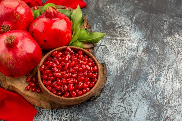Vista ravvicinata dall'alto frutti semi di melograno melograno sulla tavola della cucina