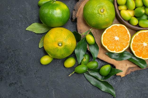 葉と柑橘系の果物みかんの上部のクローズアップビューフルーツ木の板 無料写真