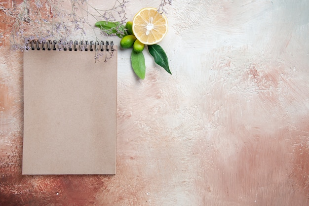Top close-up view limone limone agrumi crema notebook