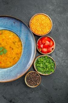 Top vista ravvicinata zuppa di lenticchie l'appetitosa zuppa di lenticchie pomodori spezie lenticchie erbe