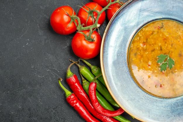 Вид сверху крупным планом суп из чечевицы суп из чечевицы острый перец помидоры с цветоножками