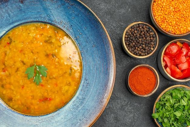 Вид сверху крупным планом суп из чечевицы суп из чечевицы специи травы помидоры чечевица на столе