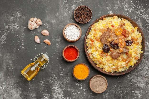 오일 마늘의 향신료 병의 상위 근접 촬영 필라프 식욕을 돋우는 필라프 그릇