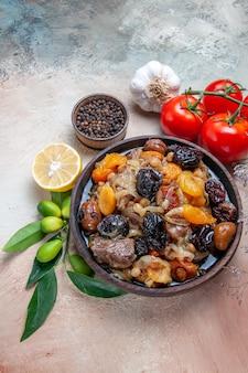 Vista ravvicinata superiore pilaf un appetitoso pilaf spezie limone pepe pomodori