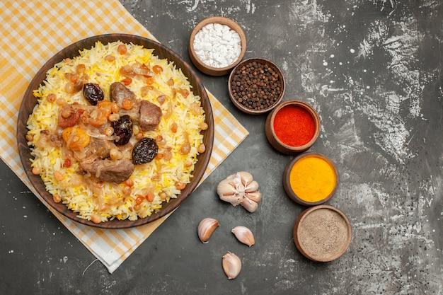 식탁보 마늘에 다채로운 향신료 필라프의 상위 클로즈업보기 필라프 그릇