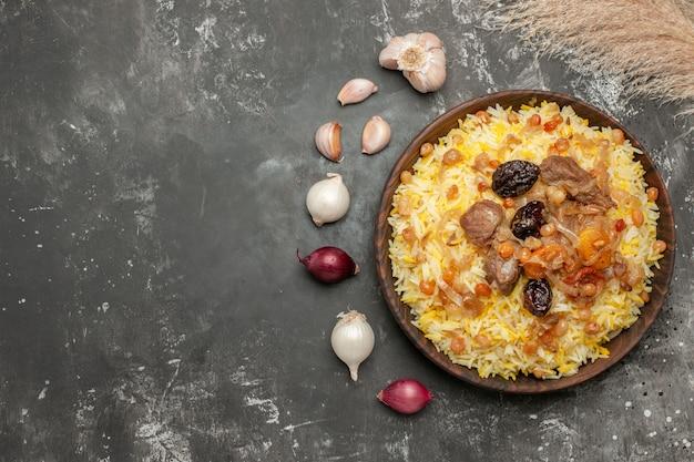 상위 클로즈업보기 필라프 마늘 양파 나무 그릇에 식욕을 돋우는 필라프
