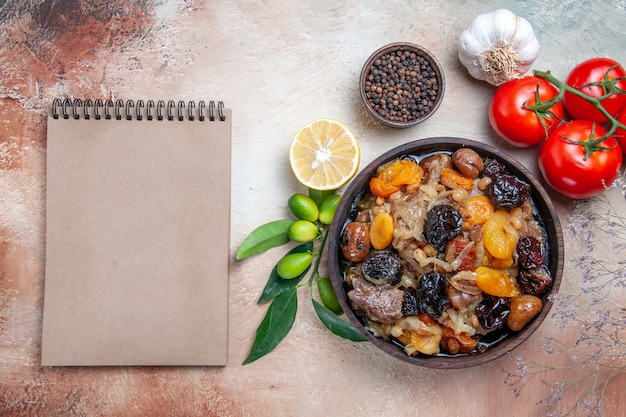 Top vista ravvicinata pilaf pilaf peperoni neri limone pepe aglio pomodori crema notebook