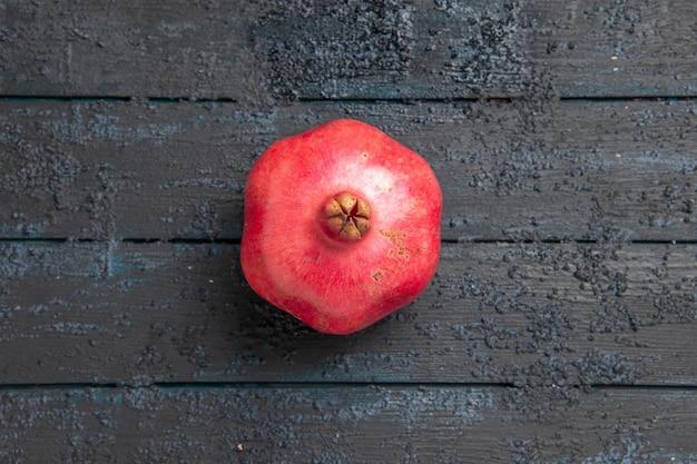 어두운 테이블에 잘 익은 석류 테이블에 상위 클로즈업 보기 석류