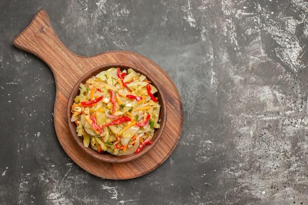 Insalata di vista ravvicinata superiore un'insalata di verdure appetitosa sulla tavola di legno