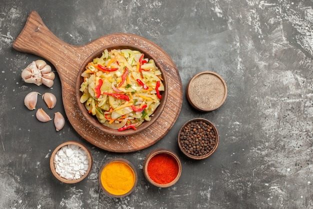커팅 보드에 다채로운 향신료 야채 샐러드의 상위 클로즈업보기 샐러드 마늘 그릇