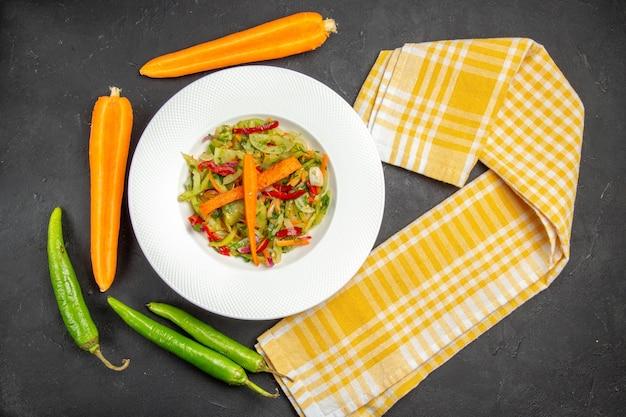 野菜の市松模様のテーブルクロス唐辛子とサラダのトップクローズアップビューサラダプレート