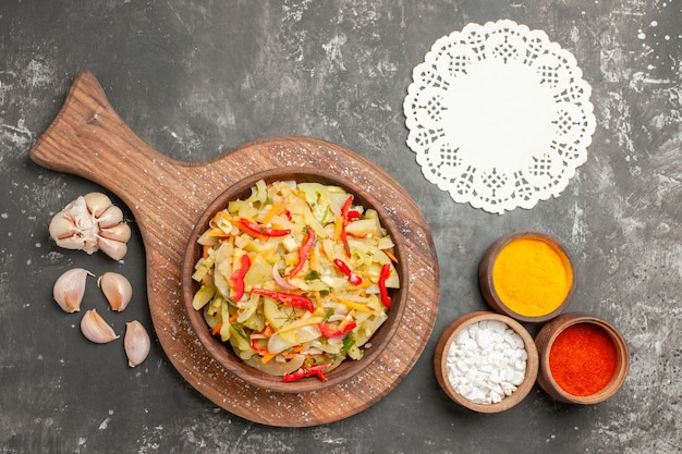 まな板にニンニクレースドイリースパイスのトップクローズアップビューサラダ野菜サラダ