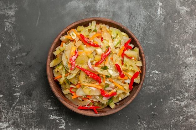 Верхний вид крупным планом салат овощной салат на столе